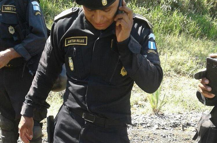 Uno de los agentes de la PNC que resultó herido durante el desalojo. (Foto Prensa Libre: Cortesía).