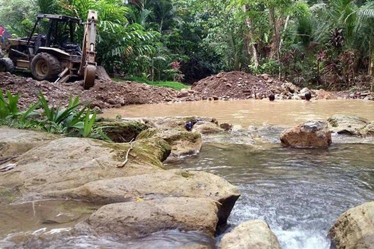 Retroexcavadora era utilizada para desviar un río en Puerto Barrios, Izabal. (Foto Prensa Libre: Dony Stewart)