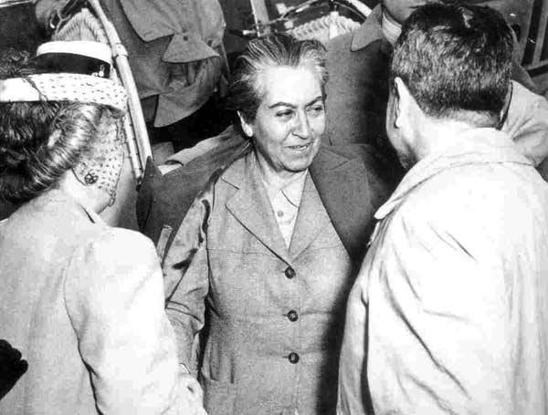 Gabriel Mistral conversa con invitados a la ceremonia de entrega del Premio Nobel en 1945. (Foto: Hemeroteca PL)