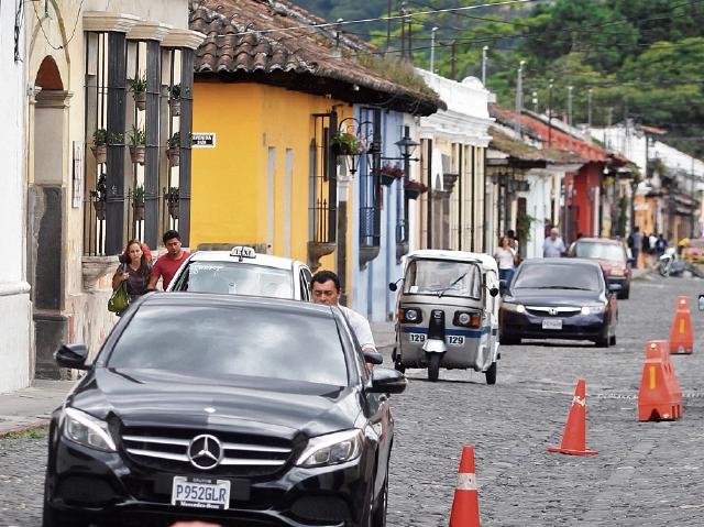 Alta carga vehicular, ventas informalesy desorden afuera de centros de entretenimiento afectan a la ciudad.