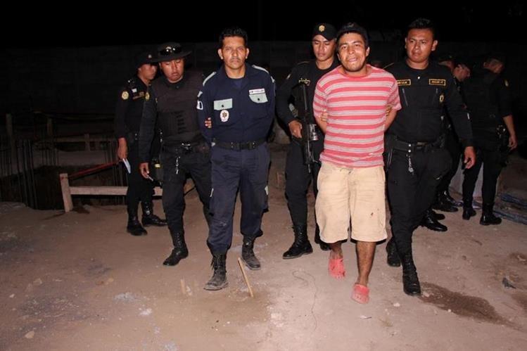 Los dos presuntos delincuentes capturados en Escuintla. (Foto Prensa Libre: PNC).