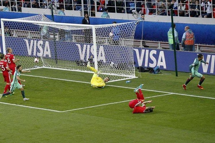 El portugués Cristiano Ronaldo inicia el festejo después de anotar el gol que le daría el triunfo 1-0 a su país contra Rusia. (Foto Prensa Libre: AP)