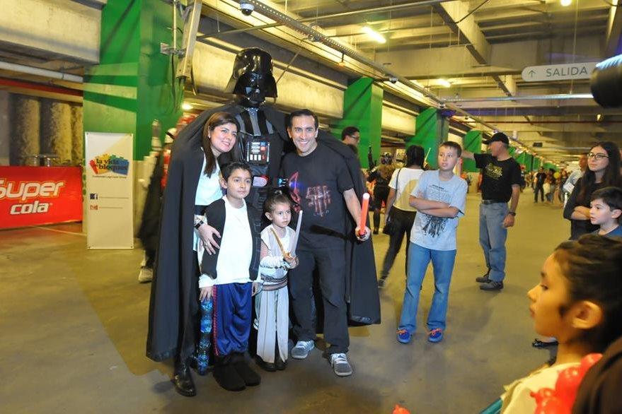 Familias enteras se dieron cita en esta reunión en homenaje a Star Wars. (Foto Prensa Libre: Ana Lucía Ola)