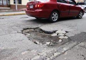 Grandes agujeros se han formado en las calles principales de la ciudad de Quetzaltenango. (Foto Prensa Libre: María José Longo)