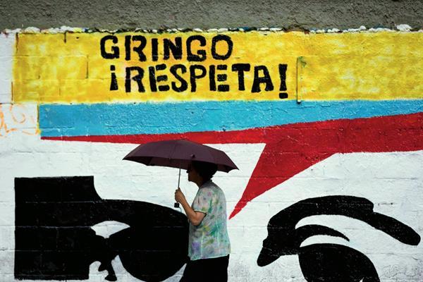 Una mujer pasa frente a un mural en una calle en Caracas, Venezuela, (Foto Prensa Libre :AP)