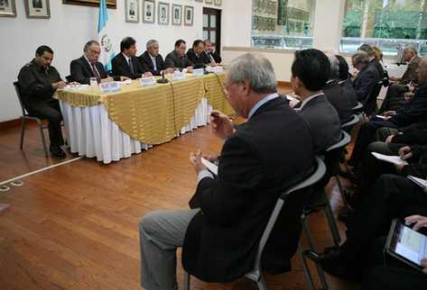 Reunión de funcionarios y embajadores en la Cancillería para brindar detalles de los sucesos ocurridos en Totonicapán. (Foto Prensa Libre: Presidencia)