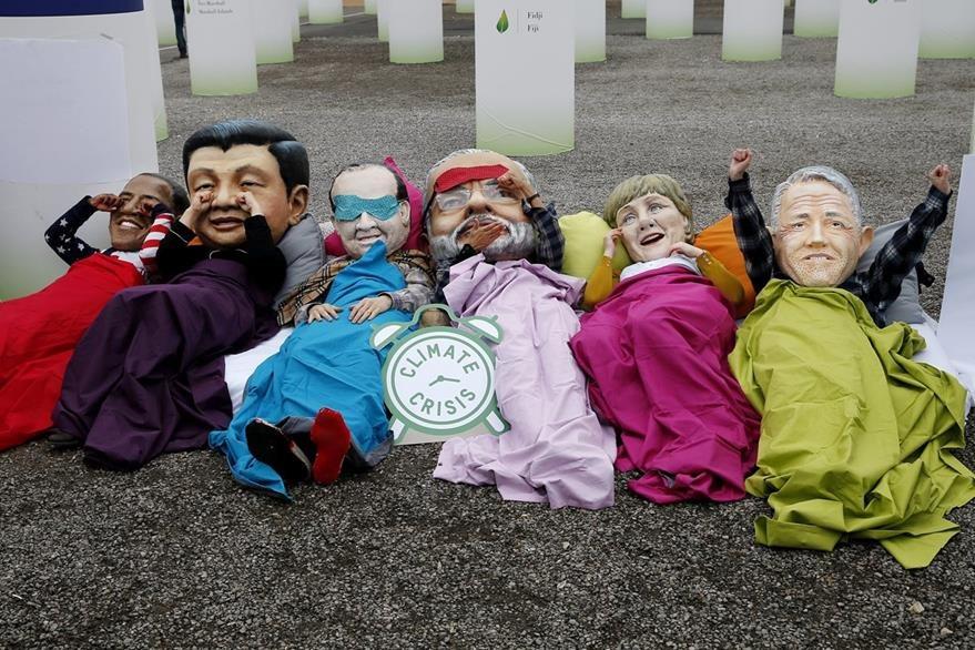 Activistas personifican a los líderes mundiales durante una protesta. (Foto Prensa Libre: EFE).