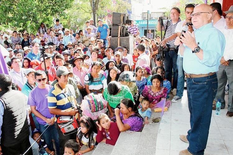 El candidato a la Presidencia por el partido Todos, Lizardo Sosa, habla a simpatizantes contregados alrededor de la concha acústica del parque La Unión, en Santa Cruz del Quiché. (Foto Prensa Libre: Óscar Figueroa)