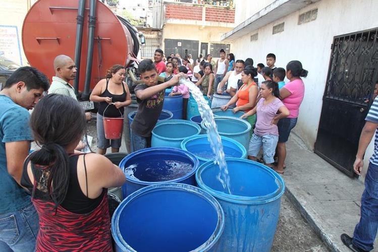 Vecinos pueden llegar a gastar Q350 en promedio cada mes para abastecerse del recurso a través de camiones., (Foto Prensa Libre: Érick Ávila)