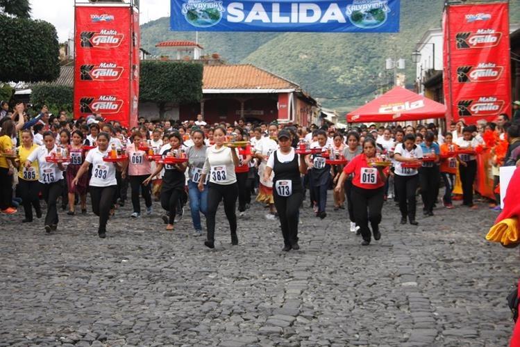 Participantes de la carrera Las Charolas, en Antigua Guatemala, Sacatepéquez, compiten por premios de dinero en efectivo. (Foto Prensa Libre: Renato Melgar)