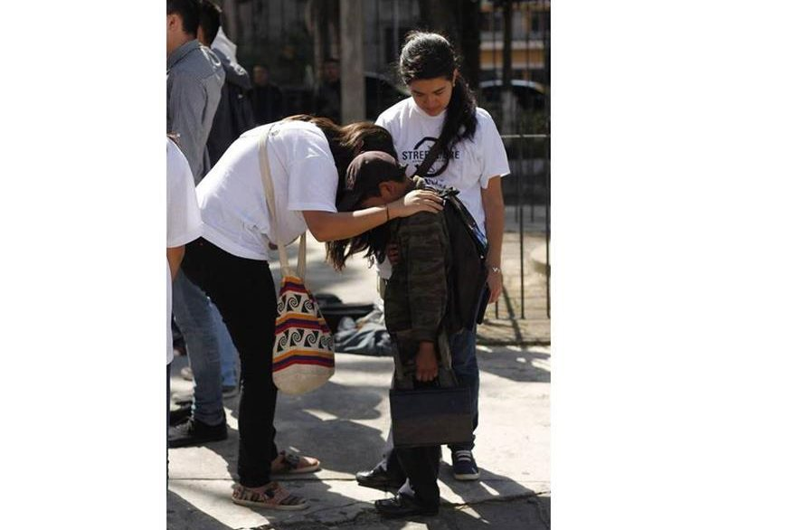 Voluntarios oran por las personas para que puedan cambiar su situación. (Foto Prensa Libre: Cortesía)