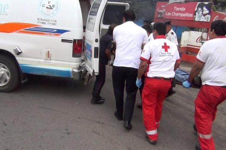 Socorristas trasladan a Mauricio Ayala al hospital del IGSS, donde murió. (Foto Prensa Libre: Rolando Miranda)