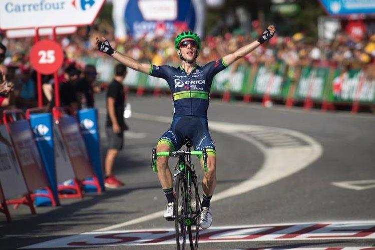 Simon Yates festeja al ingresar en solitario a la meta de la sexta etapa de la vuelta a España (Foto Prensa Libre: AFP)