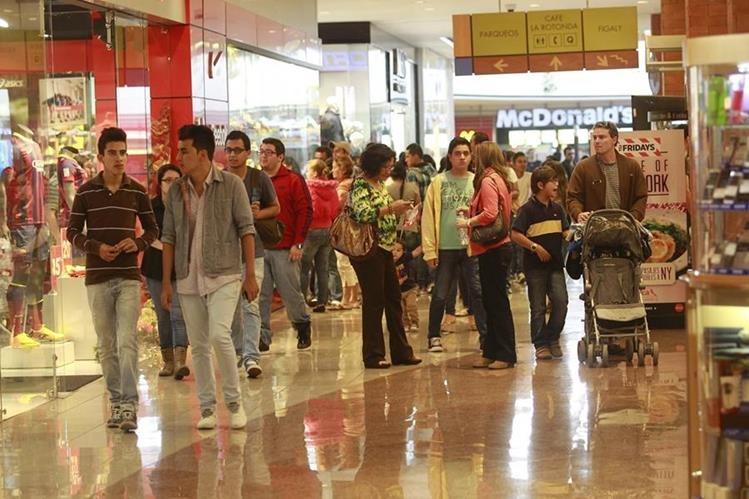 Comercio ofrecen ofertas de hasta un 70% hoy por el evento del Black Friday. (Foto Prensa Libre: Alvaro Interiano)