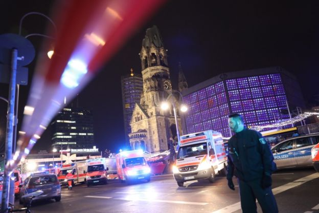 En Berlín, un camión irrumpió en un mercadillo navideño. EPA