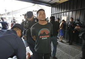 Momento en que ingresa a Tribunales el pandillero que confesó haber recibido Q200 para participar en el ataque armado en el Hospital Roosevelt. (Foto Prensa Libre: Paulo Raquec).