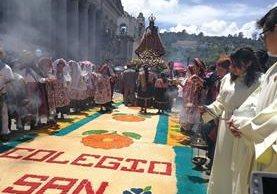Devoción e incienso resaltan en recorrido de procesión en Xela. (Foto Prensa Libre: Fred Rivera).