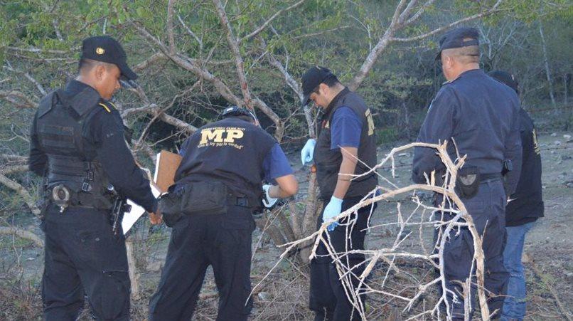 En un terreno cercano a un cementerio, en la cabecera de Zacapa, sujetos ultimaron a un hombre. (Foto Prensa Libre: Víctor Gómez)