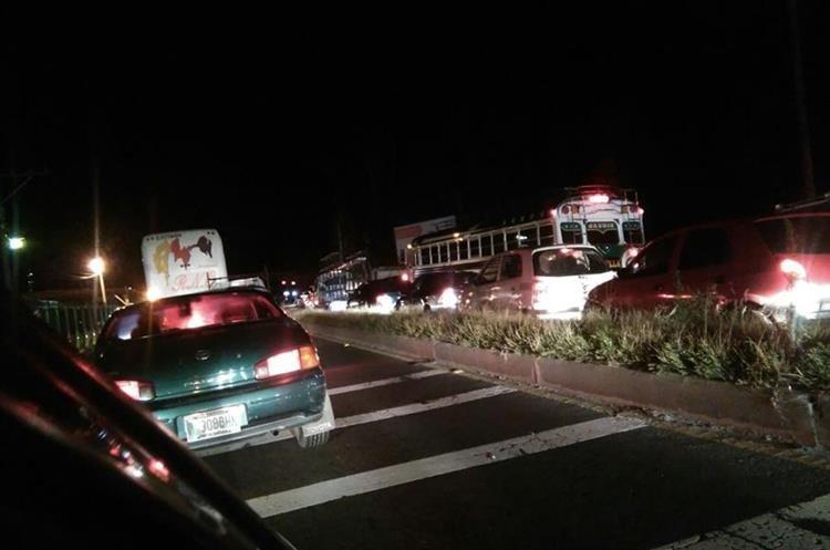 Filas de vehículos se formaron por varios kilómetros en Sacatepéquez.