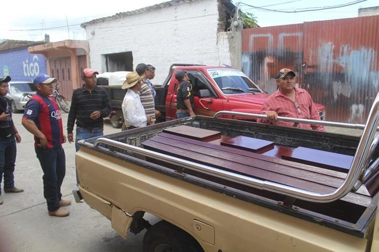 Familiares trasladan el cadáver de Israel Cante Cruz de la morgue del Inacif de Jalapa. (Foto Prensa Libre: Hugo Oliva)
