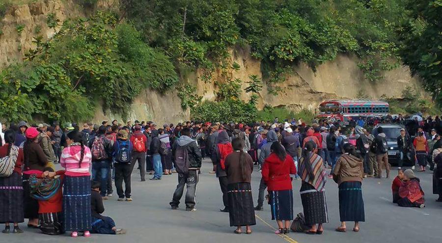 El paso de vehículos en el km 162 de la ruta Interamericana, es efectuado por pobladores que exigen la reparación de carreteras. (Foto Prensa Libre: Ángel Julajuj)