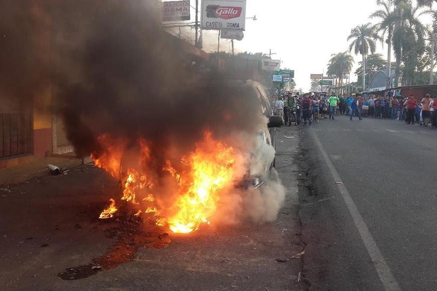 Vehículo incendiado permanecía parqueado en la zona 4 de la cabecera de Retalhuleu. (Foto Prensa Libre: Jorge Tizol)
