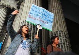 Colectivos y organizaciones de jóvenes participaron en las protestas de este sábado y solicitan renuncia de Jimmy Morales y que enfrente la justicia. (Foto Prensa Libre: Álvaro Interiano)