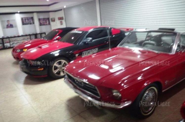 Otro grupo de automóviles de lujo coleccionables que adornan la mansión de Manuel Baldizón, predomina el color rojo y negro. (Foto Prensa Libre: Guatevisión)