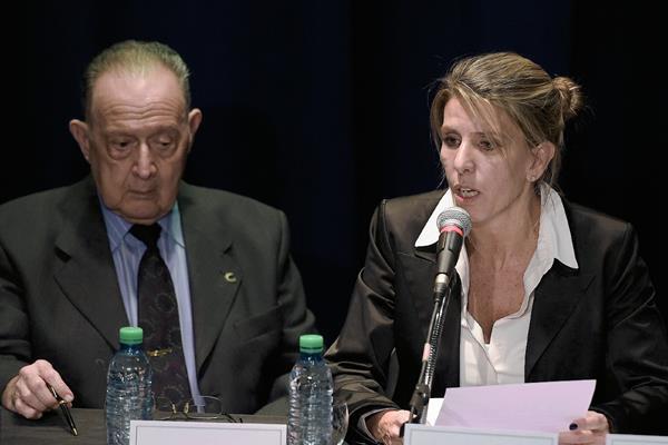La juez, Sandra Arroyo Salgado, exexposa de Alberto Nisman, —izquierda— junto al investigador Osvaldo Raffo —derecha—, durante la conferencia de prensa, donde aseguró, el exfiscal fue asesinado. (Foto Prensa Libre: AFP).