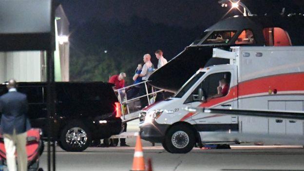 Warmbier fue transferido de un avión de transporte médico a una ambulancia en Cincinnati.