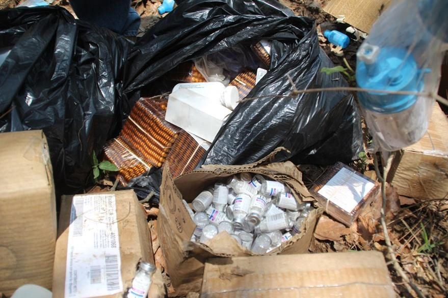 Parte del medicamento encontrado entre la basura en Huehuetenango. (Foto Prensa Libre: Mike Castillo).