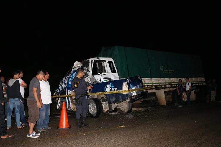 Vehículo donde viajaban los trabajadores chocó con camión en Petén. Foto Prensa Libre: Rigoberto Escobar.
