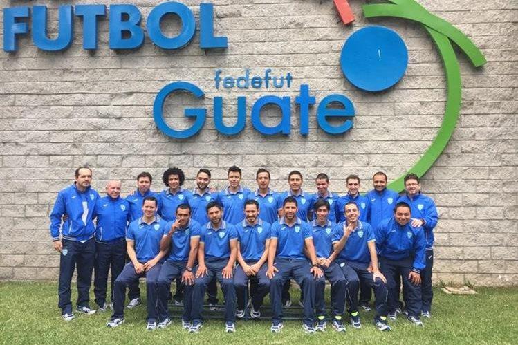 Los jugadores y cuerpo técnico posan luego de la juramentación. (Foto Prensa Libre: Cortesía ACD)