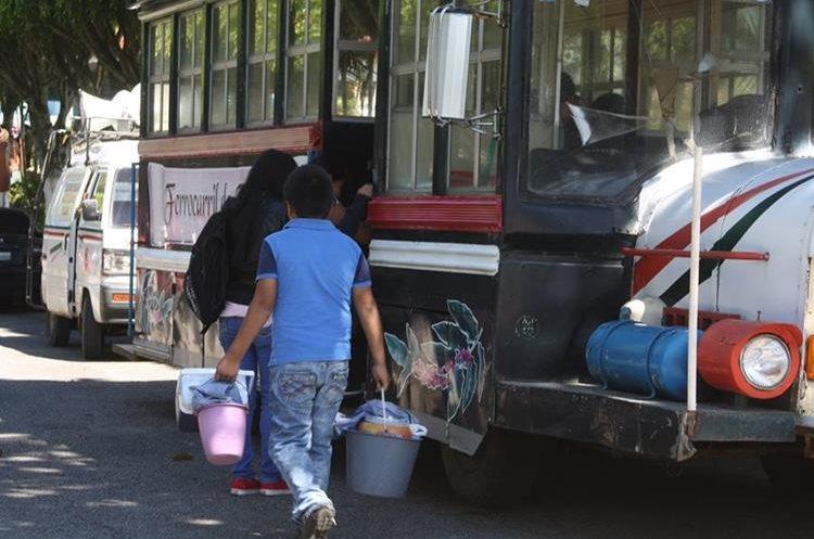 Vecinos de Fraijanes suben al autobús conocido como el tren. El servicio es gratuito. (Foto Prensa Libre: Cortesía)