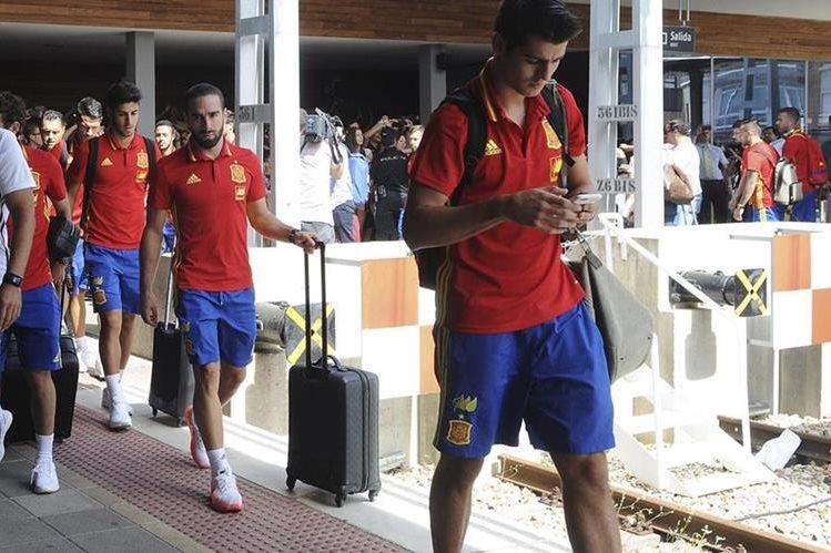 Los jugadores de la selección española Álvaro Morata, Daniel Carvajal y Marcos Asensio, a su llegada a la estación de León. (Foto Prensa Libre: EFE)