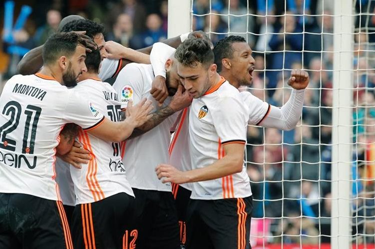 Valencia celebran el segundo gol del equipo, anotado por Simone Zaza. (Foto Prensa Libre: EFE)
