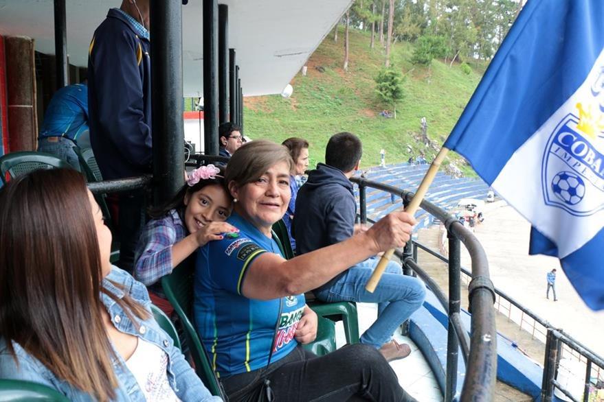 Aficionada Aydee Hernández, junto a su nieta Juliana y su hija Noelia, en la tribuna del estadio Verapaz. (Foto Prensa Libre: Eduardo Sam Chun)
