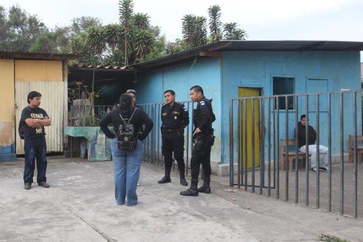 Agentes de la PNC escuchan la denuncia de las autoridades del plantel que fue saqueado. (Foto Prensa Libre: Miguel López)