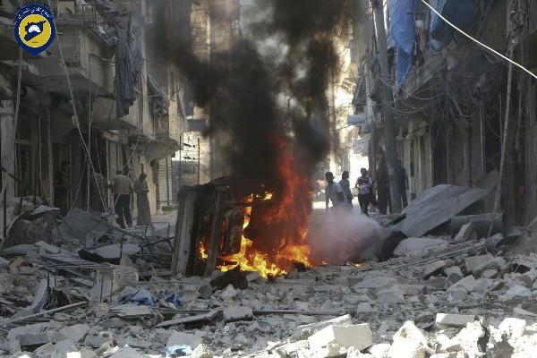 Cascos Blancos, sirios inspeccionan edificios después de los ataques aéreos en Alepo. (AFP).