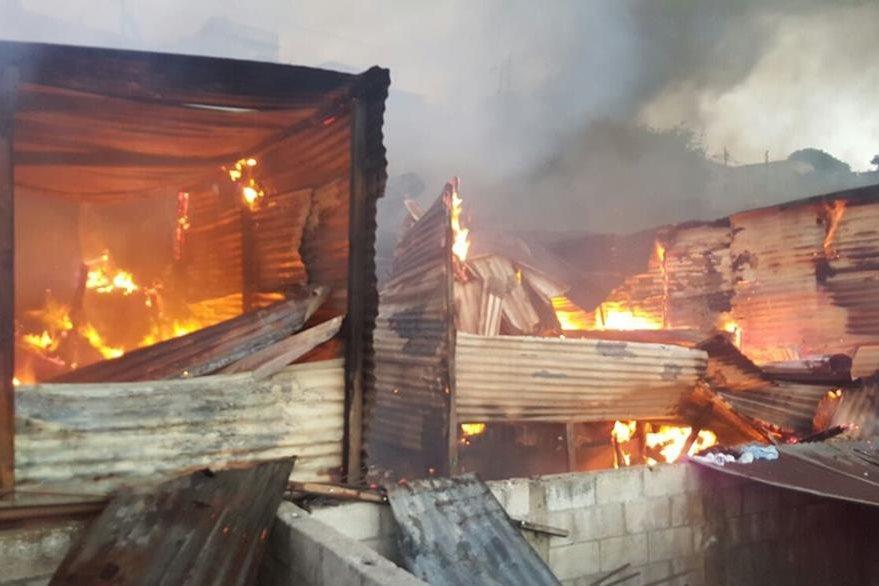 Fueron cinco las viviendas de madera y lámina alcanzadas por las llamas. (Foto Prensa Libre: CBM)