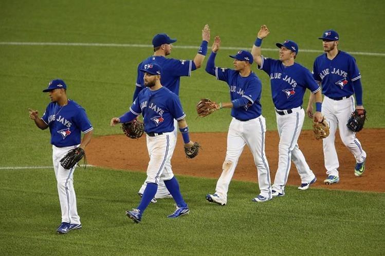 Los jugadores de los Azulejos de Toronto festejan al final del partido. (Foto Prensa Libre: AFP)