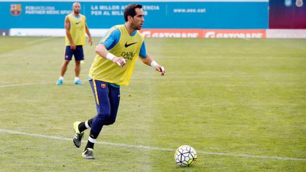 Claudio Bravo durante la sesión de entrenemiento de este lunes. (Foto Prensa Libre: Twitter Barcelona)