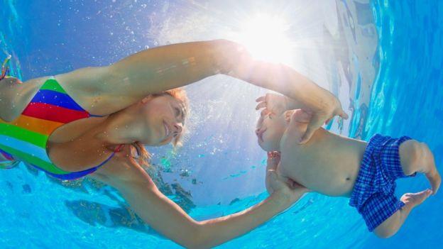 Lo principal es comenzar a hacer ejercicios de forma gradual, optando al principio por los de bajo impacto como la natación.(Foto, Thinkstock)