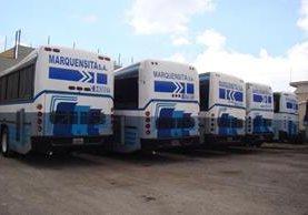 Unidades pullman de Transportes Marquensita permanecen desde este lunes en un predio de esa empresa, en la cabecera de San Marcos. (Foto Prensa Libre: Whitmer Barrera)