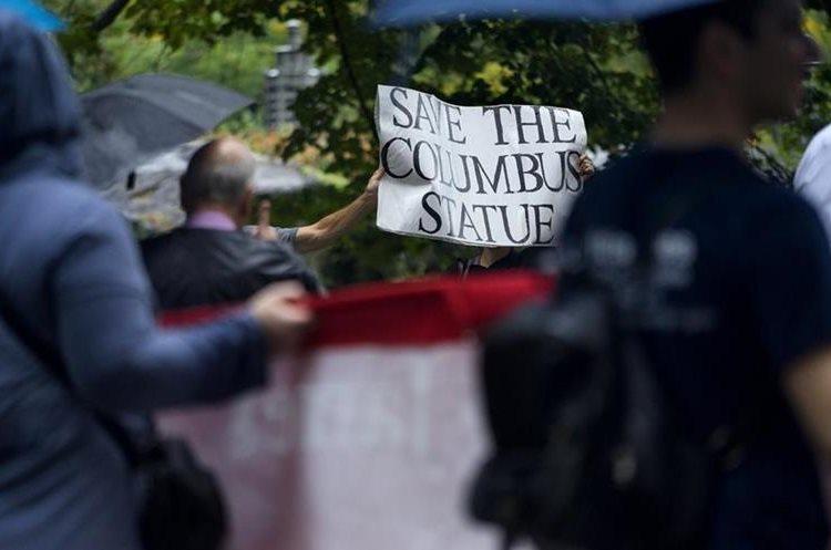 Un grupo de activistas protestan en la Quinta Avenida en el día de Cristóbal Colón en Nueva York.(AP).