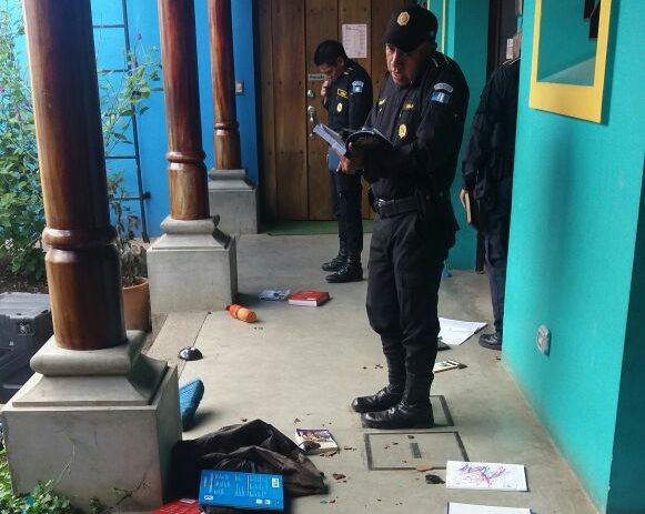 Agentes de la Policía Nacional Civil (PNC), inspeccionan los daños que ocasionó el desconocido en las intalaciones de la asociación. (Foto Prensa Libre: Renato Melgar.