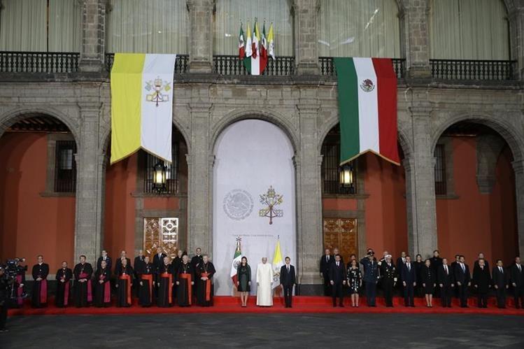 El papa Francisco, en la primera visita que un Pontífice hace al Palacio Nacional de México. (Foto Prensa Libre. AP).