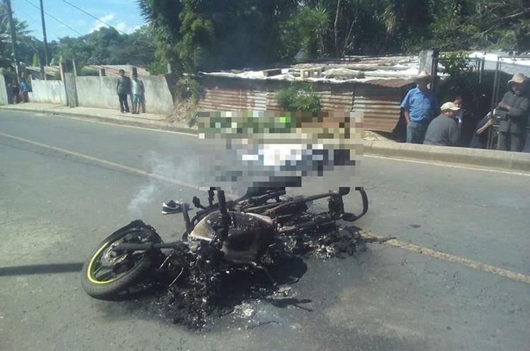 La turba roció de combustible y quemó a los dos hombres, así como a una motocicleta. (Foto: Bomberos Voluntarios)