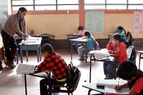 Menores de  la escuela de la aldea Sutún, Cubulco, Baja Verapaz, aprenden español.