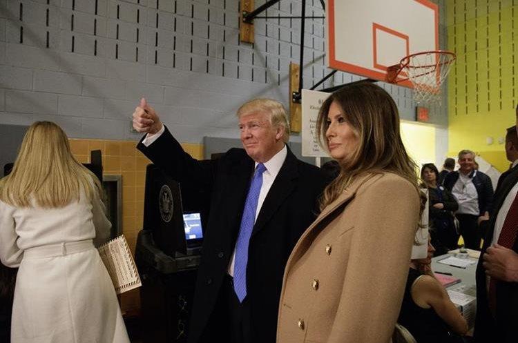 Donald Trump y Melania Trump saludan a las personas en el centro de votación.